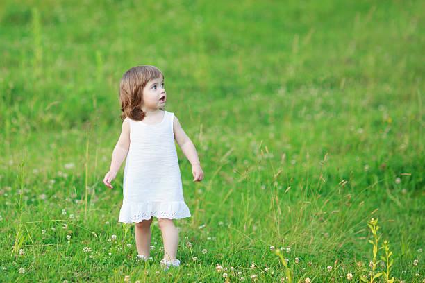 kleines mädchen - drees und sommer stock-fotos und bilder