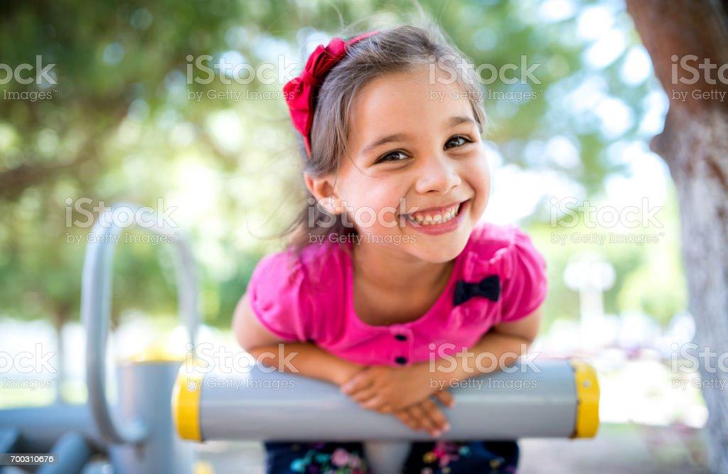 Kleine Mädchen spielen am Spielplatz im Freien im Sommer – Foto