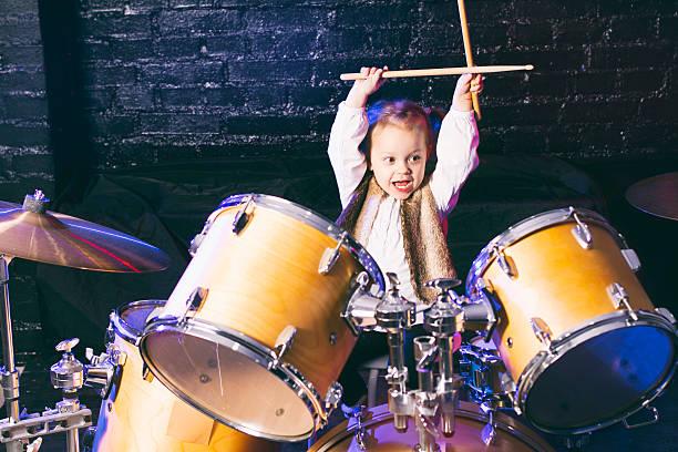 Dziewczynka gra bębny – zdjęcie