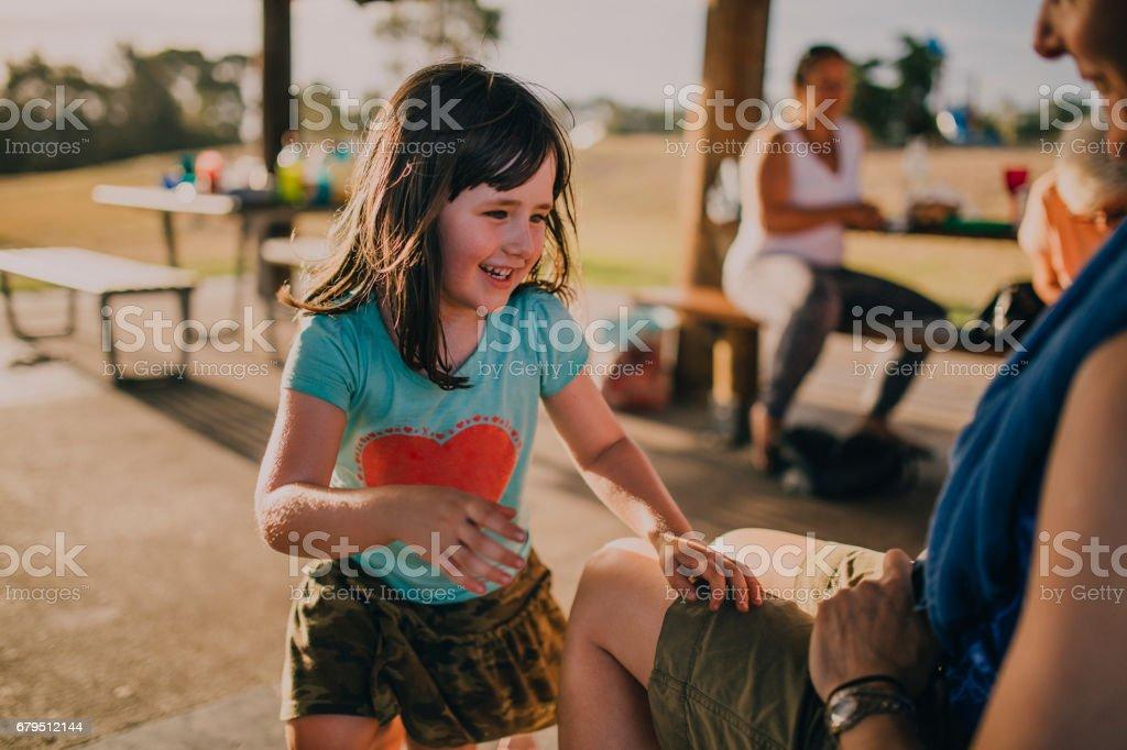 Petite fille jouant dans un parc - Photo