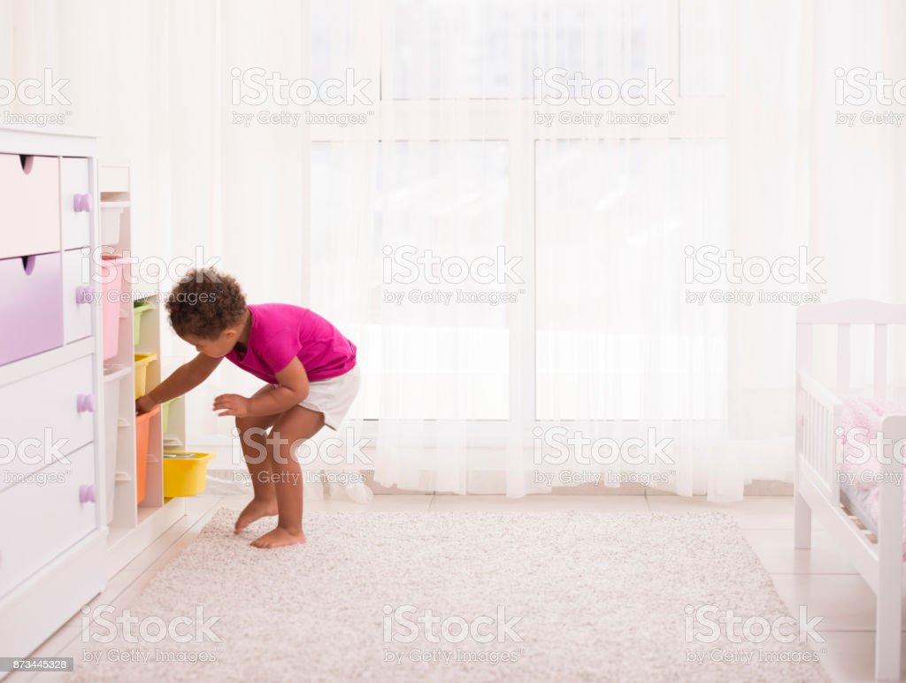 Chambre Petite Fille 3 Ans photo libre de droit de petite fille jouant dans sa chambre