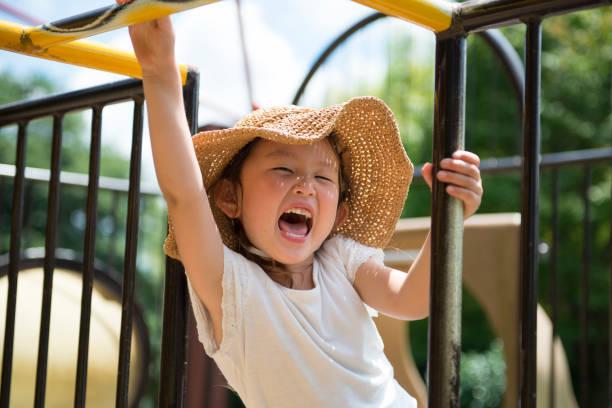 遊ぶ少女の公園 - 子供時代 ストックフォトと画像