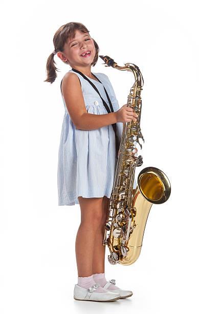 Kleine Mädchen spielen am Saxophon-Musik – Foto