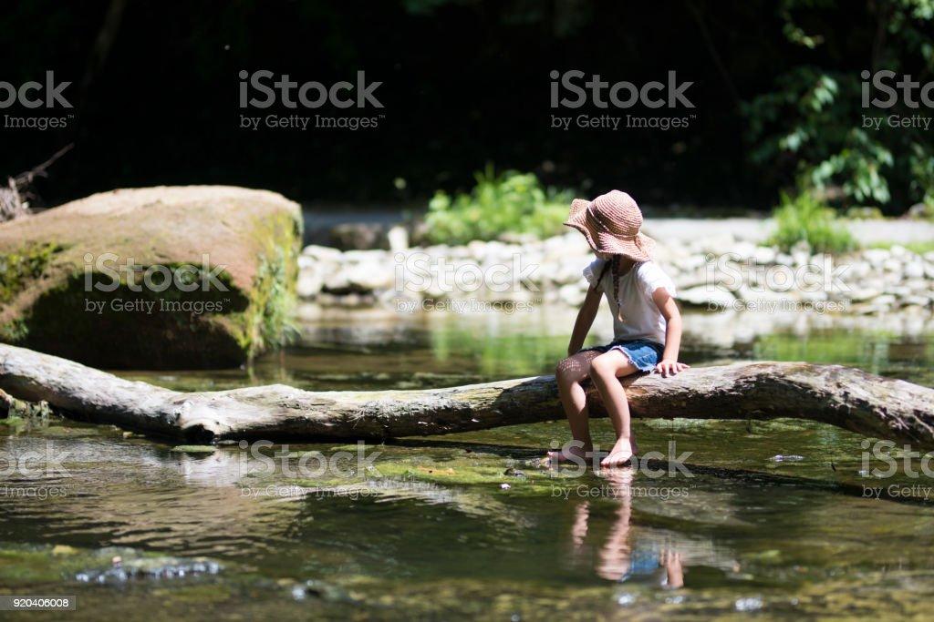 ストリームに遊ぶ少女 ストックフォト