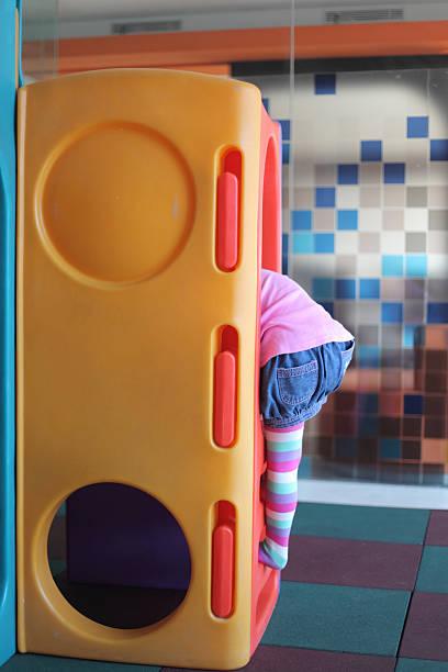 kleines mädchen spielt auf spielplatz - mädchen spielhaus stock-fotos und bilder