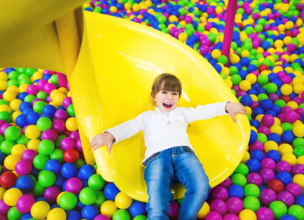 Petite fille jouant sur le terrain de jeu - Photo