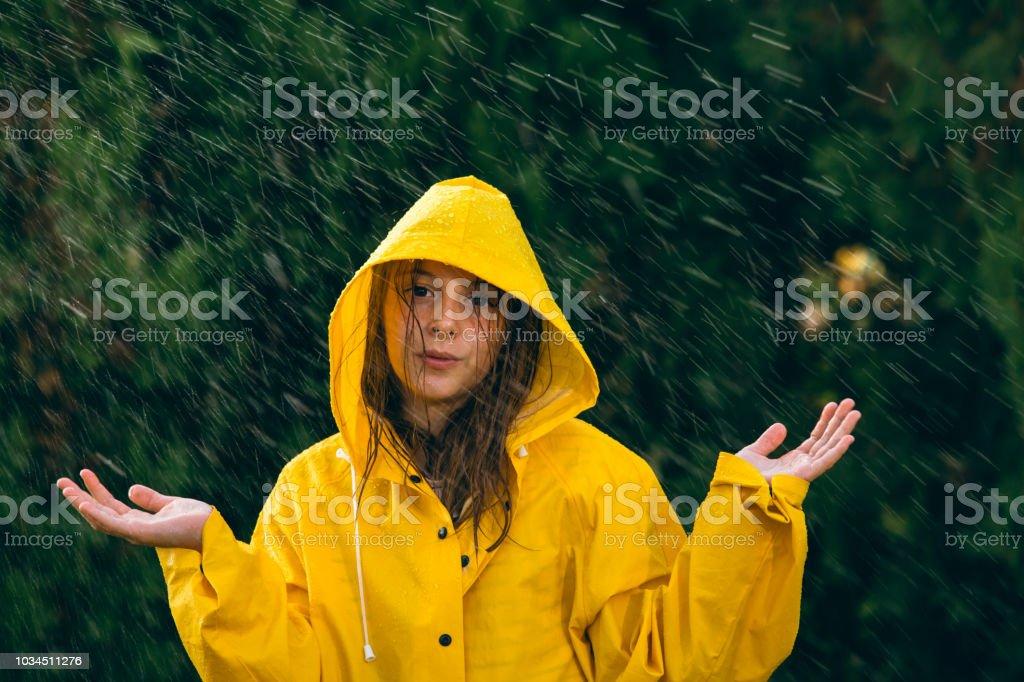 Petite fille en jouant sous la pluie - Photo