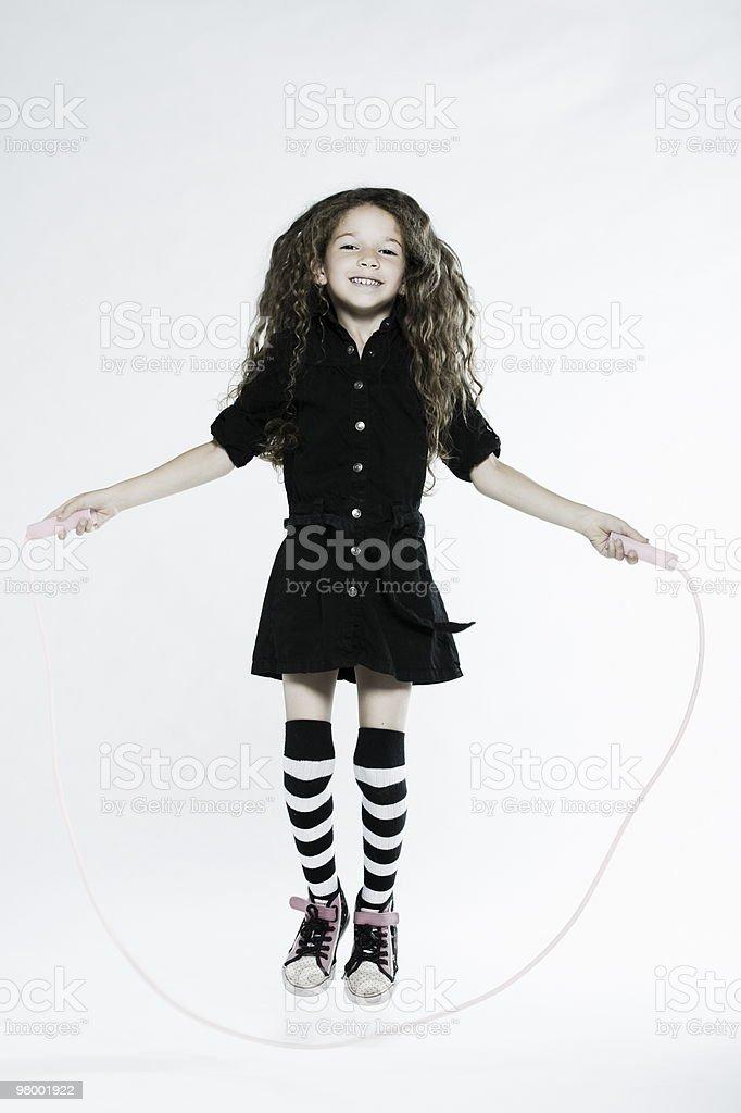 Menina tocando corda de pular foto royalty-free