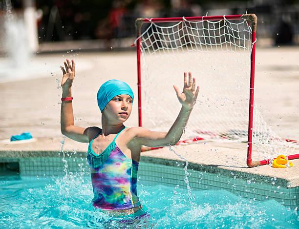 niña pequeña jugar al polo acuático en la piscina al aire libre. - water polo fotografías e imágenes de stock