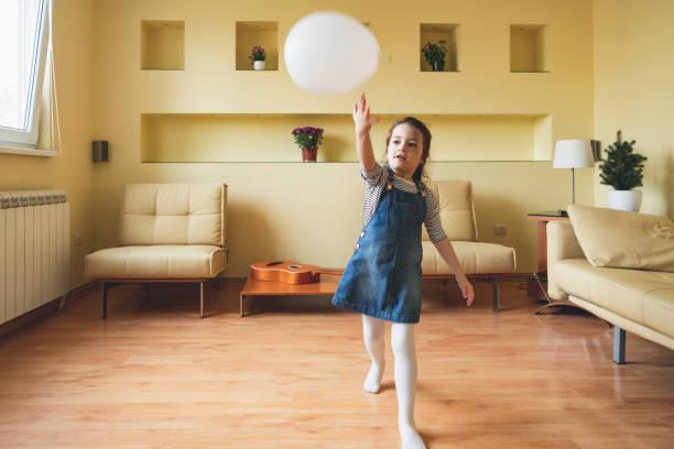 Petite fille jouant avec un ballon - Photo