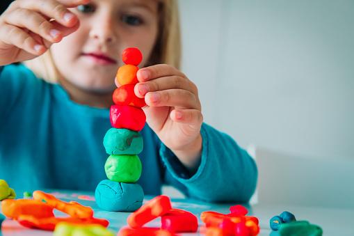 Little Girl Playing With Clay Molding Shapes Kids Crafts - zdjęcia stockowe i więcej obrazów Budynek przedszkola