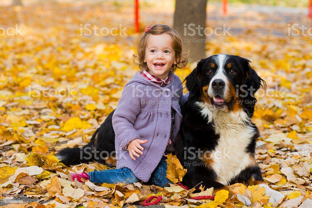 Petite fille jouant avec son chien - Photo