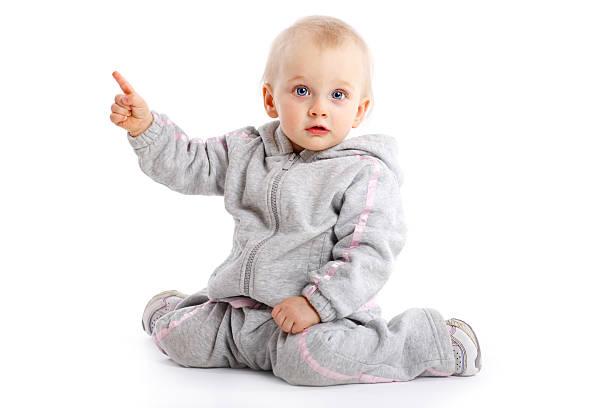 Petite fille pointant du doigt isolé sur blanc - Photo