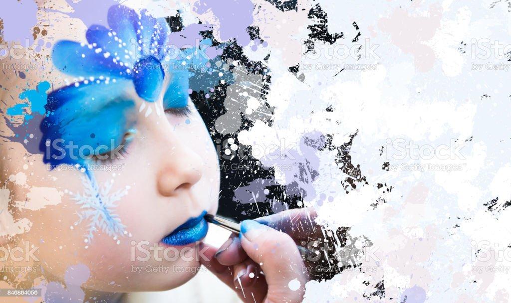 Retrato de menina pequena com pintura facial de Natal. - foto de acervo