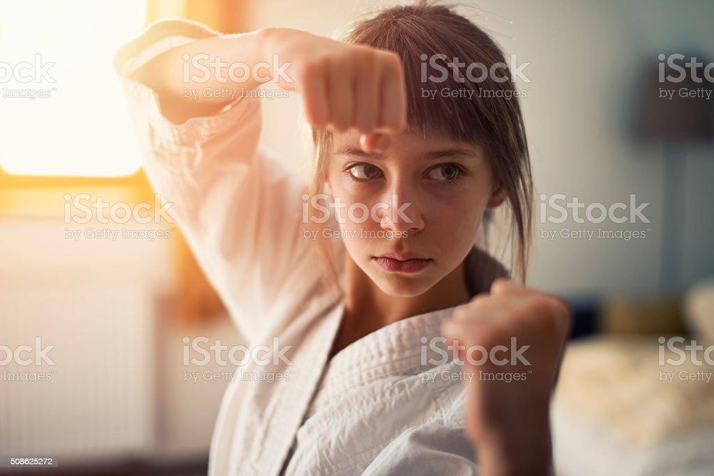 Niña pequeña practicar Karate - foto de stock