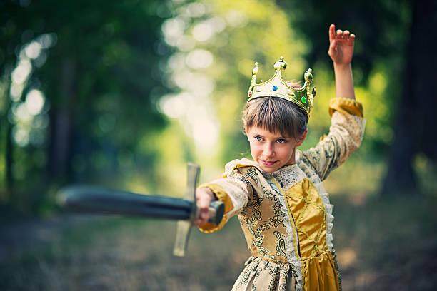 kleines mädchen üben swordplay-princess brauchen, ohne zu speichern - prinzessin kleid kind stock-fotos und bilder