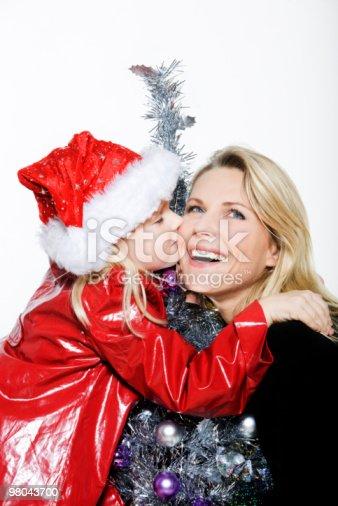 소녀만 준비 크리스마스 트리 키스 자신의 구슬눈꼬리 2명에 대한 스톡 사진 및 기타 이미지