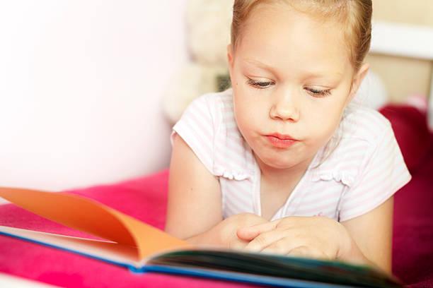 Dziewczynka czytanie książki – zdjęcie
