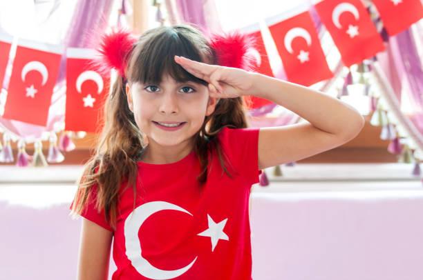 Kleines Mädchen bereit für Kindertag in der Türkei, 23. April – Foto