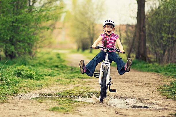 Petite fille équitation un vélo - Photo