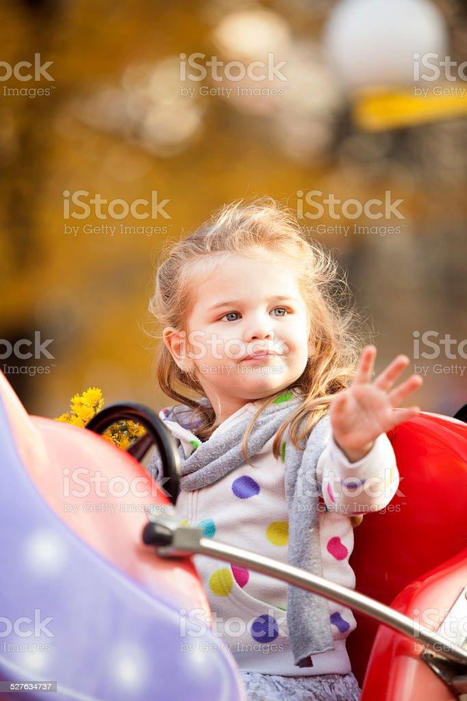 Little Girl Riding a Car im Vergnügungspark im Freien – Foto