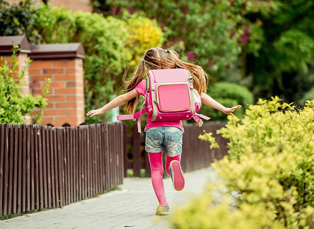 kleines mädchen laufen in die schule - liebeskind umhängetasche stock-fotos und bilder