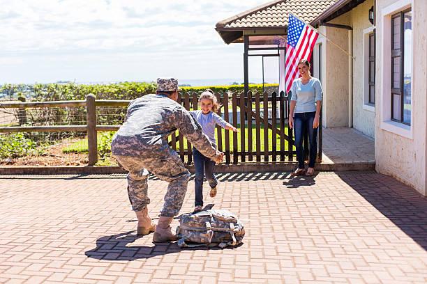 niña pequeña corriendo a su militar padre - llegada fotografías e imágenes de stock