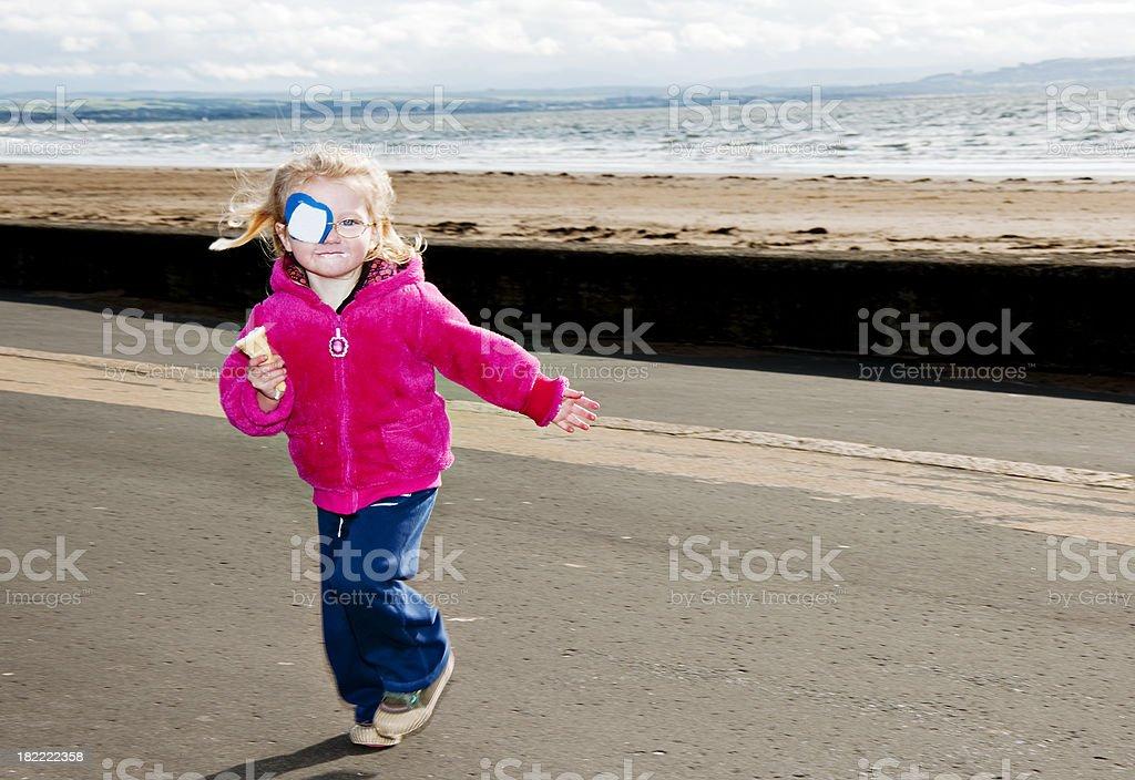 Kleines Mädchen läuft mit ice cream cone – Foto
