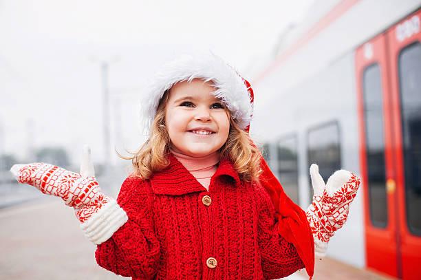 kleines mädchen santa - festzugskleidung stock-fotos und bilder