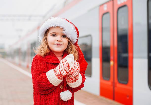 kleines mädchen santa reisen - festzugskleidung stock-fotos und bilder