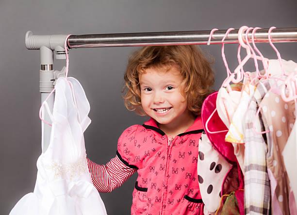 kleines mädchen shopping - festliche babymode junge stock-fotos und bilder