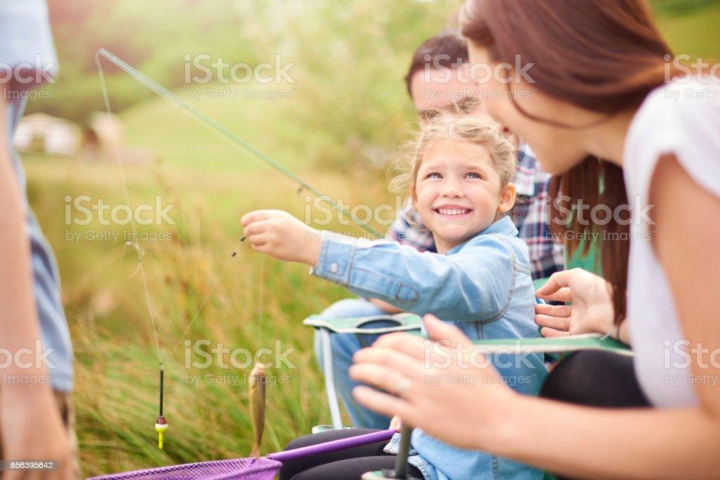 niña con mamá ella es pescado - foto de stock
