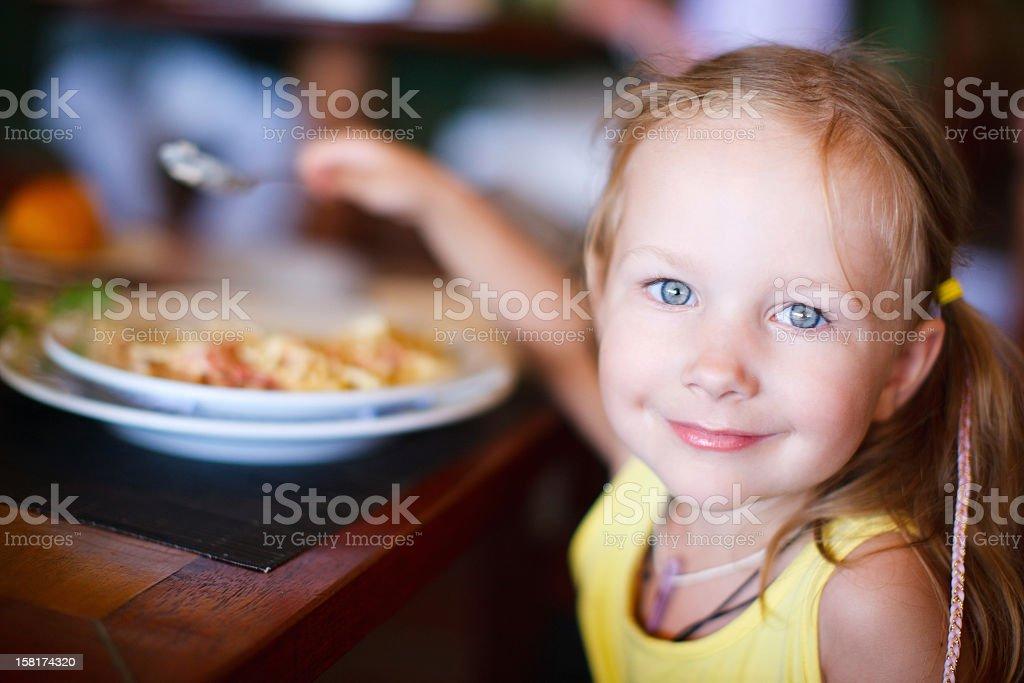 Kleines Mädchen isst – Foto