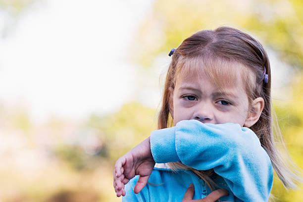 bambino tossisce o starnutisce a gomito - tossire foto e immagini stock