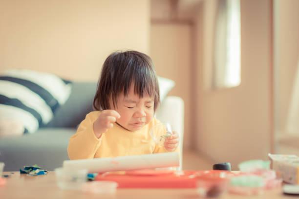 小さな女の子のくしゃみ - くしゃみ 日本人 ストックフォトと画像