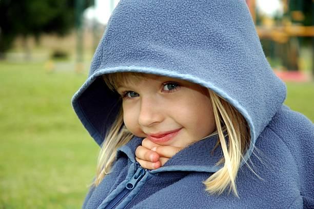 kleines mädchen eingebettet in ihrem pullover oder eine jacke - fleecepullover stock-fotos und bilder