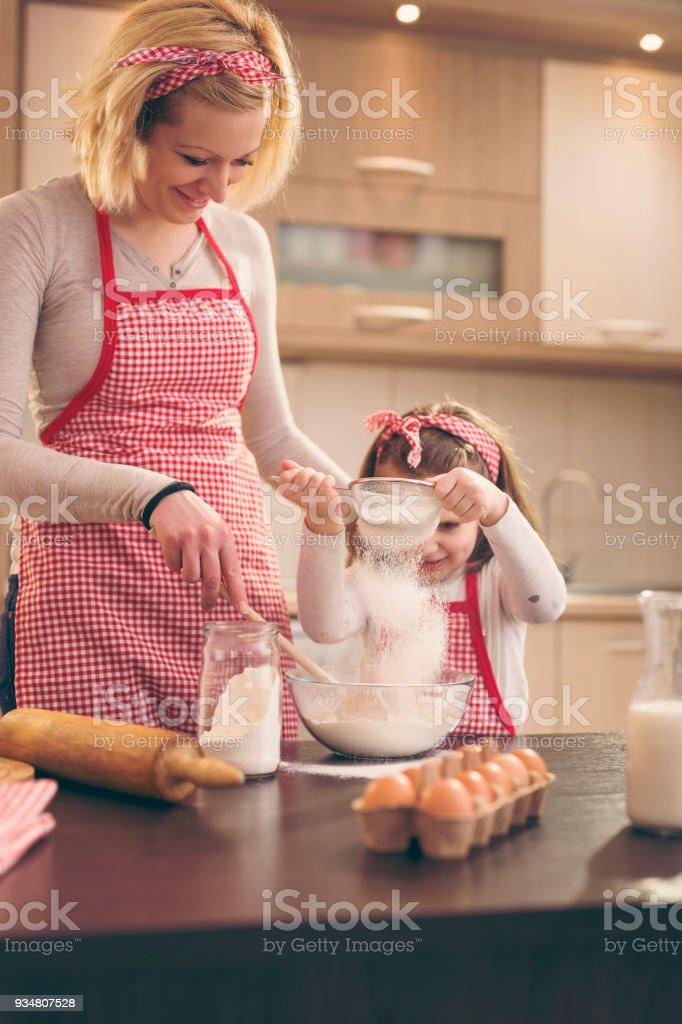 밀가루는 체를 통해 파 종 하는 어린 소녀 - 로열티 프리 2명 스톡 사진