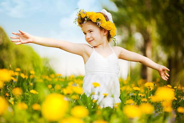 Kleines Mädchen stehen unter am Rand mit Ausgestreckte Arme – Foto