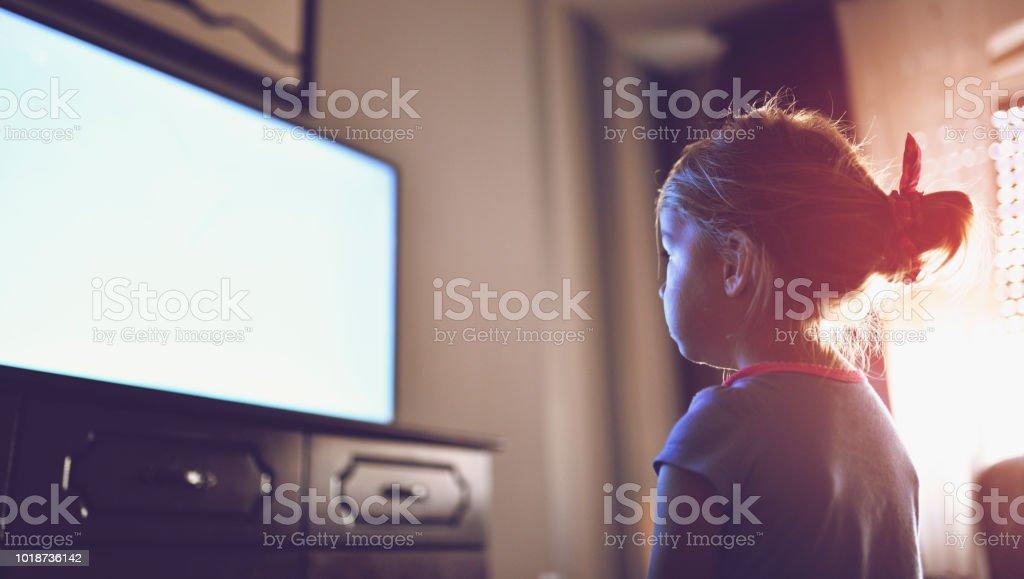Kleines Mädchen starrte auf TV – Foto