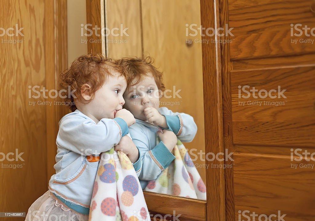 5a0addfbec9c7 Photo de stock de Petite Fille Sucer Son Pouce En Miroir images ...