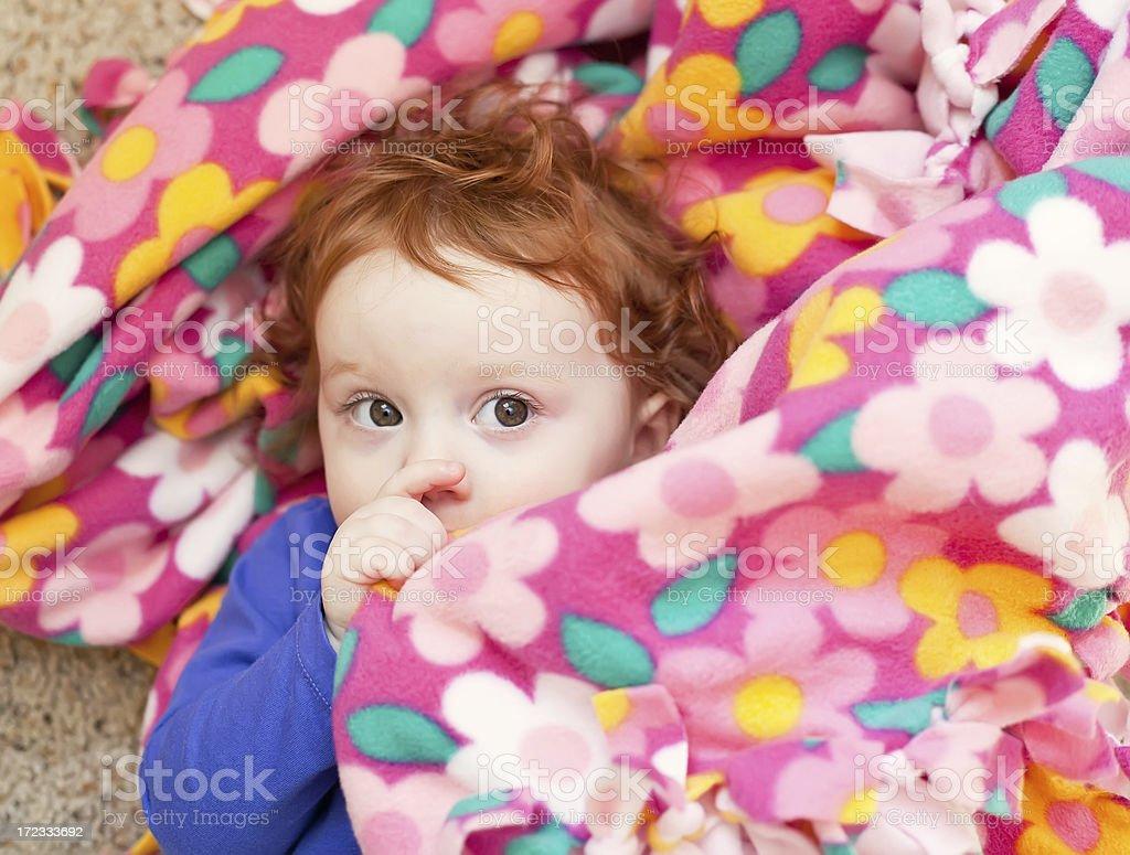 Маленькая девочка сосала
