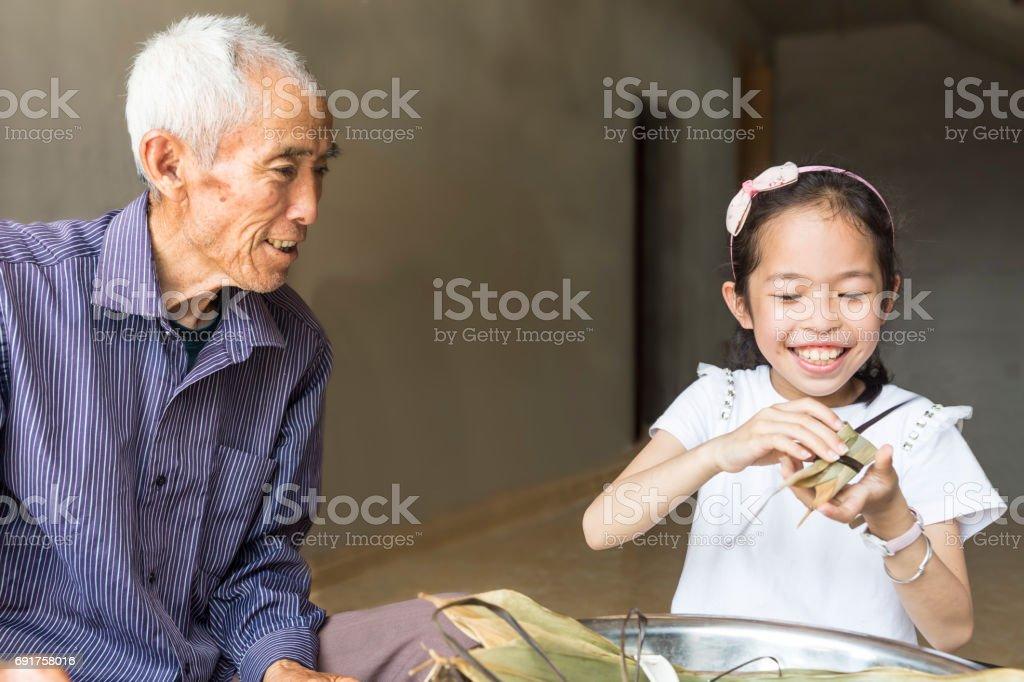 Fille Ligotée photo de petite fille ligotée de boulettes de riz chinois - image