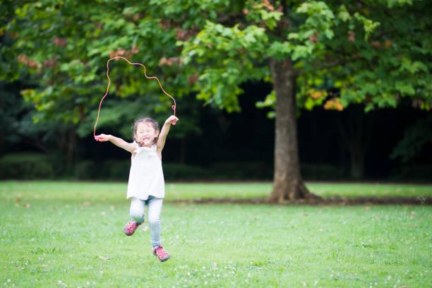 kleines mädchen, seil springen - springseil stock-fotos und bilder