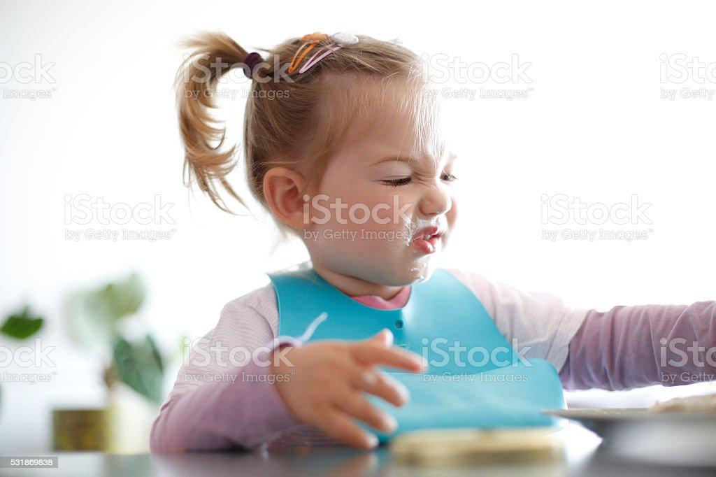 Kleines Mädchen Kleinkinder – Wählen Sie Lebensmittel, die Gesichter – Foto