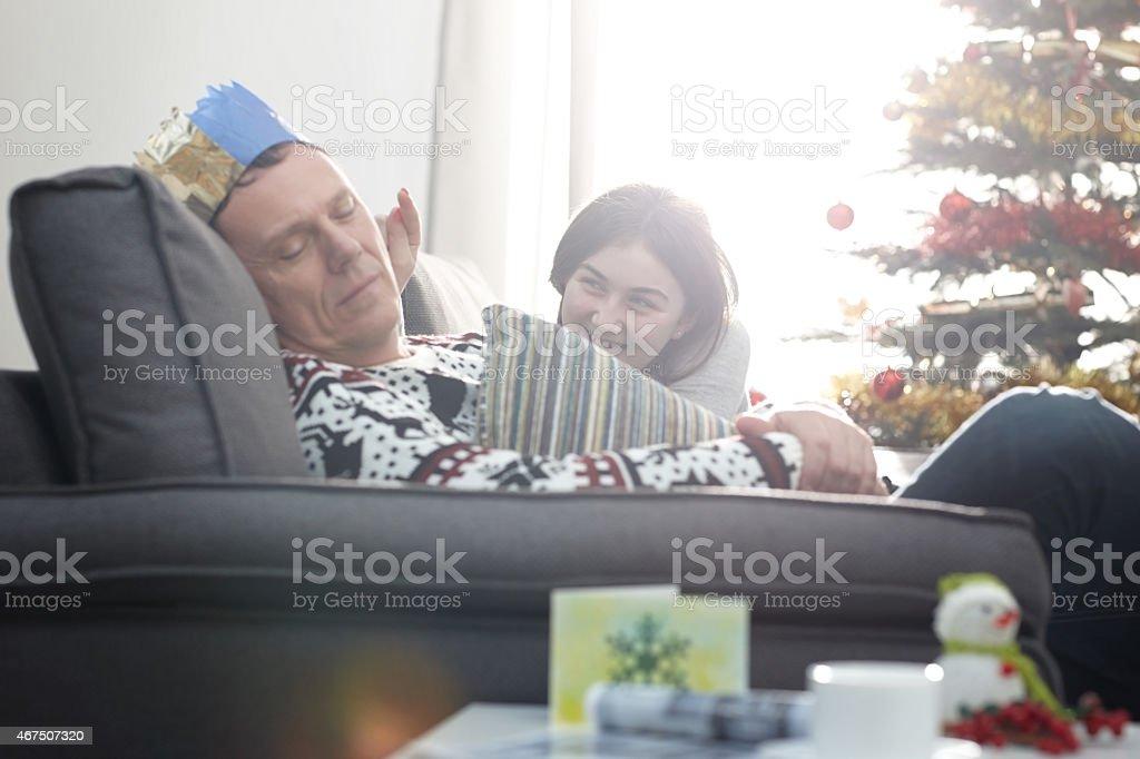 Petite fille essayant de réveiller son père - Photo