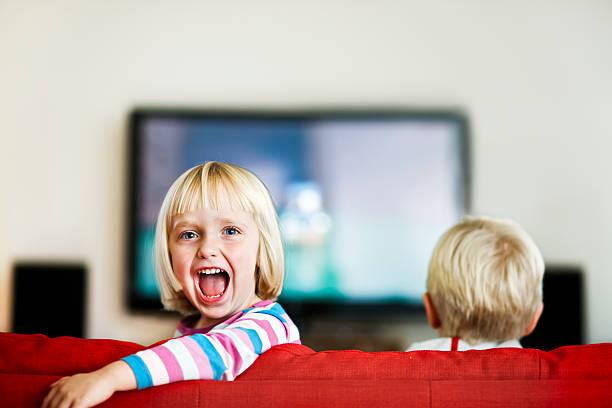 menina fica para trás da televisão e grita excitedly - tv e familia e ecrã imagens e fotografias de stock