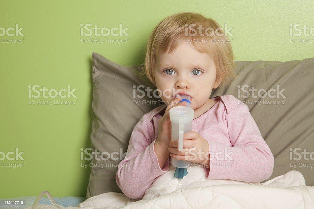 Kleines Mädchen mit inhaler/nebulizer – Foto