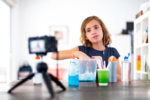 kleine mädchen vlogs - do it yourself videos stock-fotos und bilder