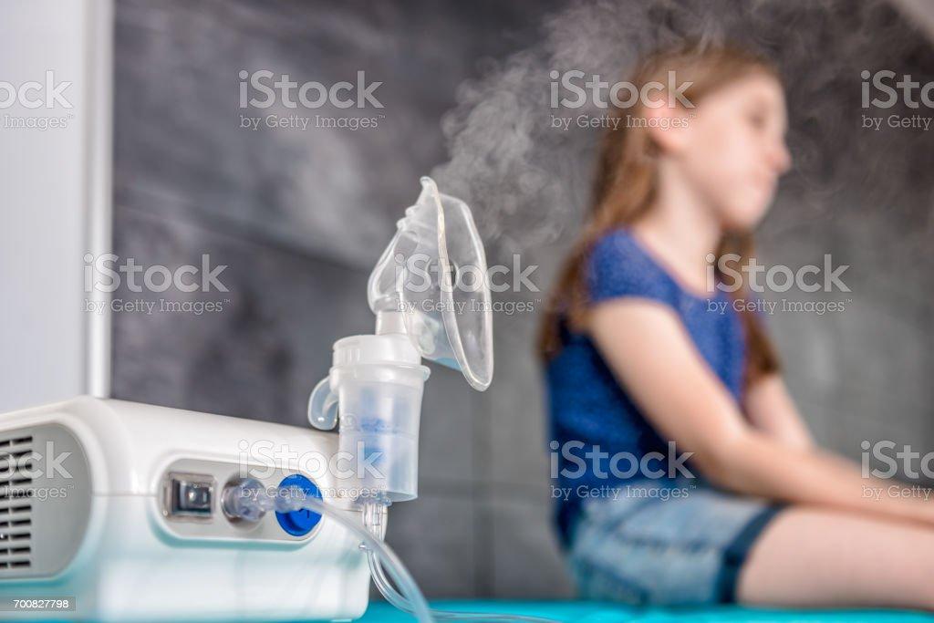 Kleines Mädchen warten auf medizinische Inhalation Behandlung mit einem Vernebler – Foto