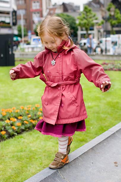 Petite fille marcher une fine ligne - Photo